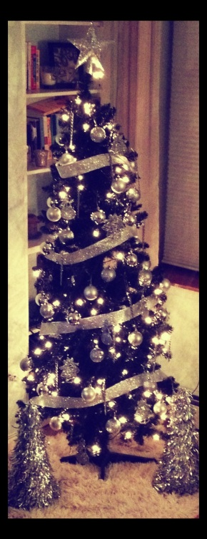 DIY: How to Decorate a Black Xmas Tree!